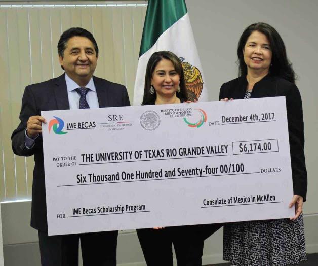 Entrega Consulado cheques del Programa IME-Becas