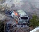 Cae camioneta a barranco y mueren calcinados