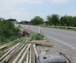Reparan barandal de puente dañado