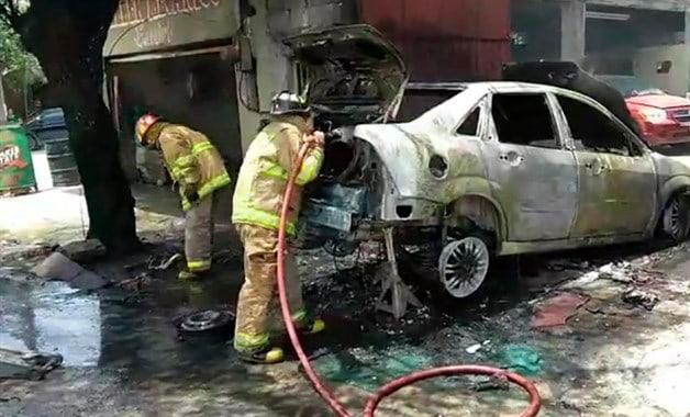 Se incendia taller, se consume auto. Bomberos llegan tarde