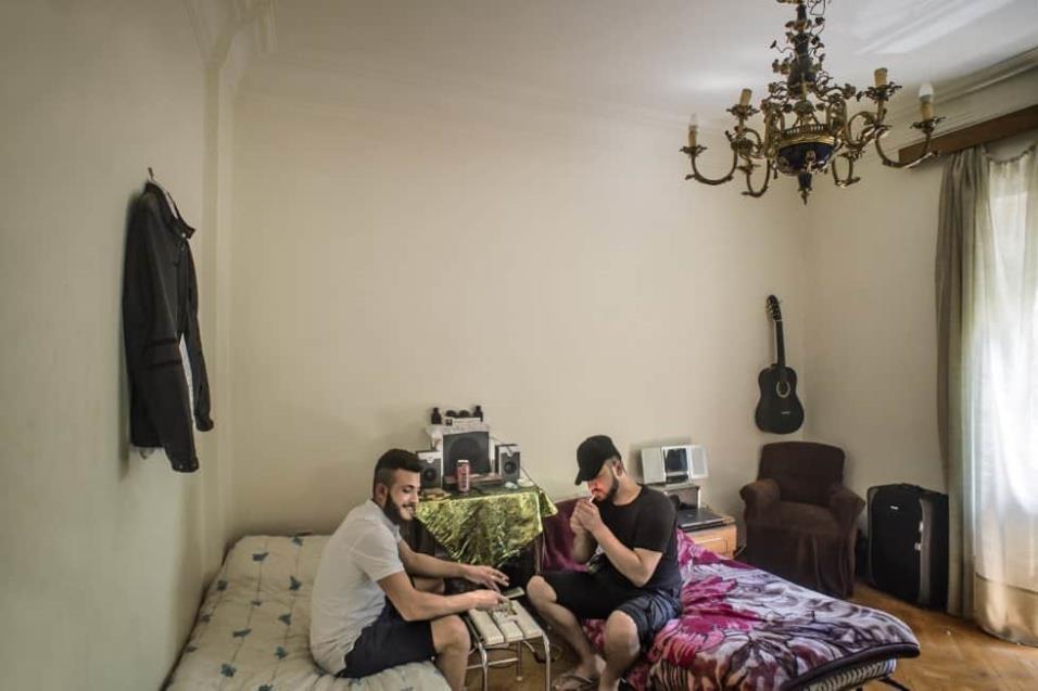 Ahmed Alwakkil y Mohamed viven en un apartamento de Atenas cuyo alquiler paga la ONG Holes in the Borders, un grupo dedicado a sacar a jóvenes refugiados de las calles de Atenas y darles una oportunidad. ANGEL LOPEZ SOTO