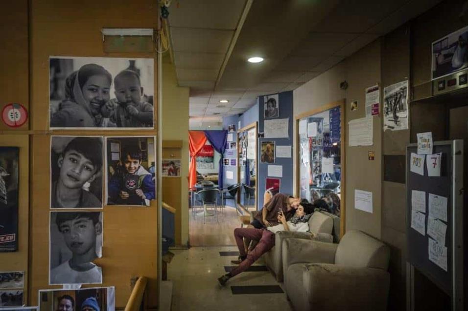 EL Hotel City Plaza, en el centro de Atenas, quebró tras los Juegos Olímpicos. Hace unos años, un grupo de voluntarios lo convirtió en un centro de acogida para refugiados. Unas 350 personas se alojan en él a la espera de regularizar su situación. ANGEL