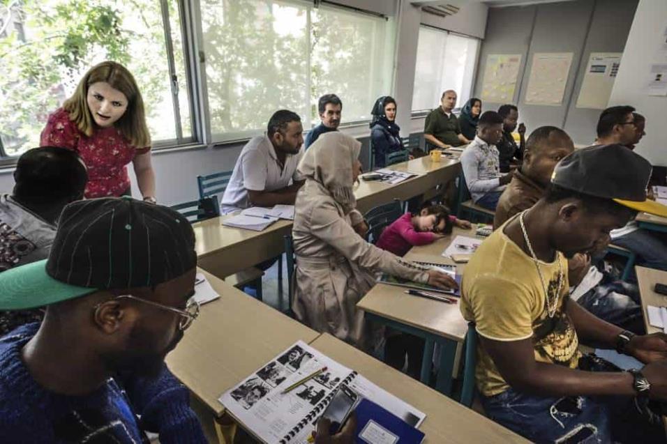 En el Centro Multifuncional de Cruz Roja de Atenas, decenas de refugiados e inmigrates reciben clases de inglés. ANGEL LOPEZ SOTO