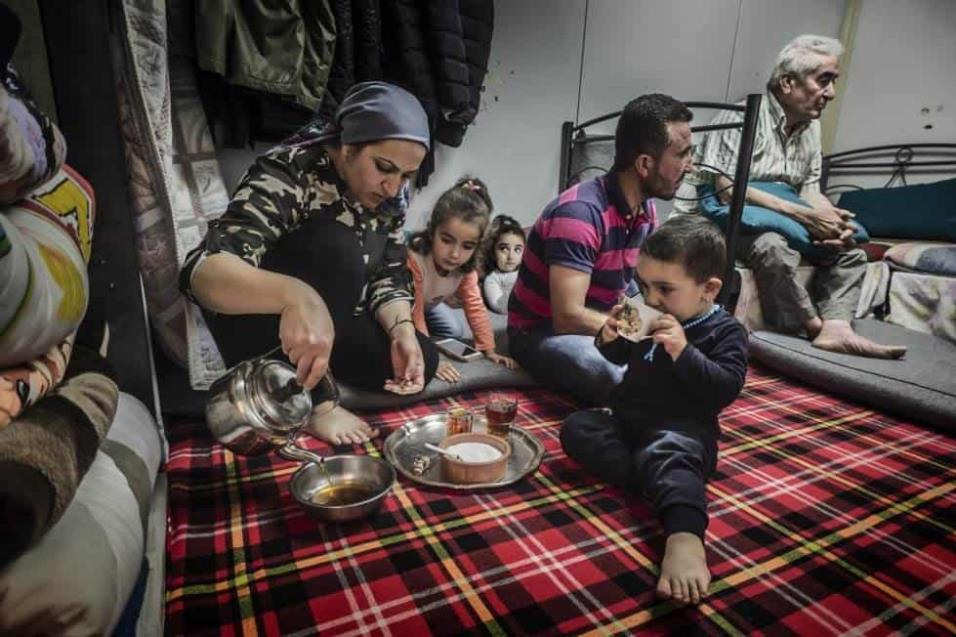 Dalia Ali sirve té mientras su familia nos concede una entrevista. Llegaron hace dos años del kurdistán sirio y, desde entonces, viven en el campo de refugiados de Ritsona. ANGEL LOPEZ SOTO