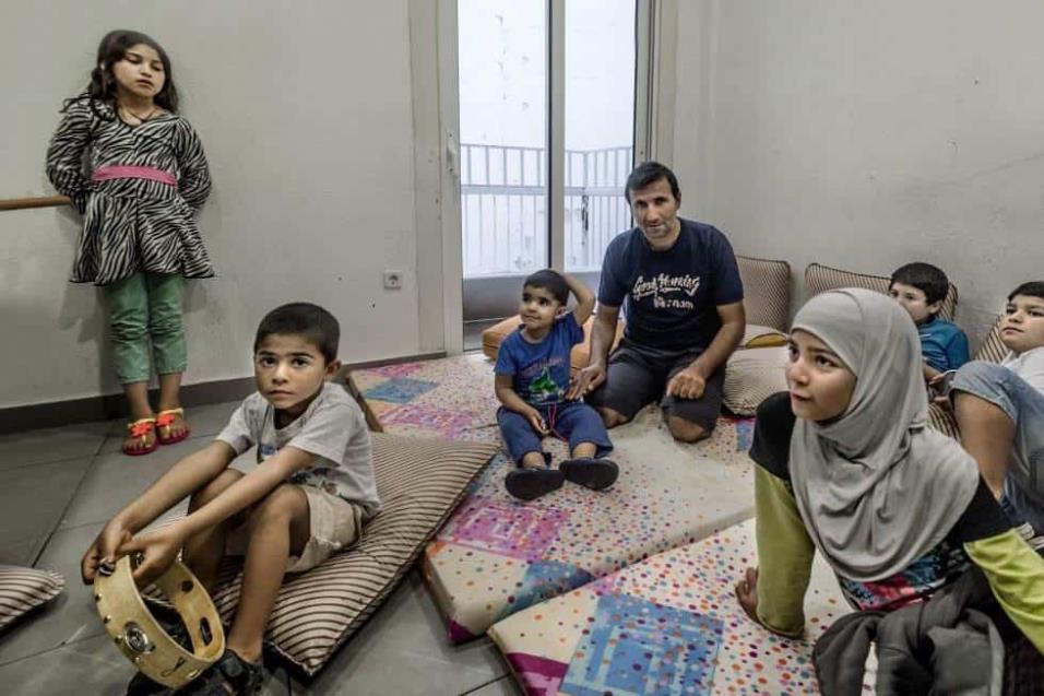 Ismatulla Barakzay, refugiado afgano, posa con su hijo, que padece una malformación genital y precisa tratamiento. ANGEL LOPEZ SOTO