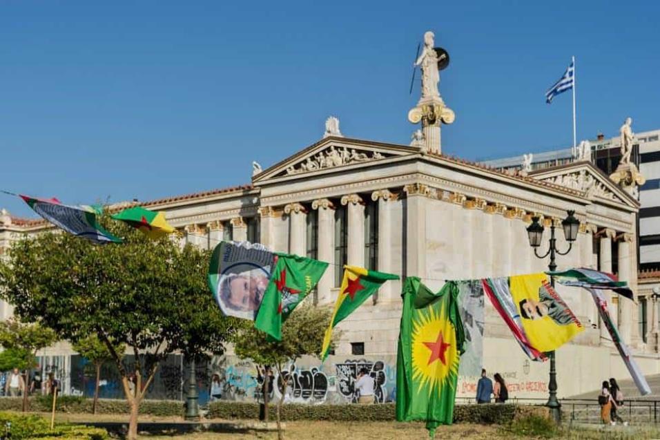 Protesta de grupos kurdos frente a la Universidad de Atenas. ANGEL LOPEZ SOTO