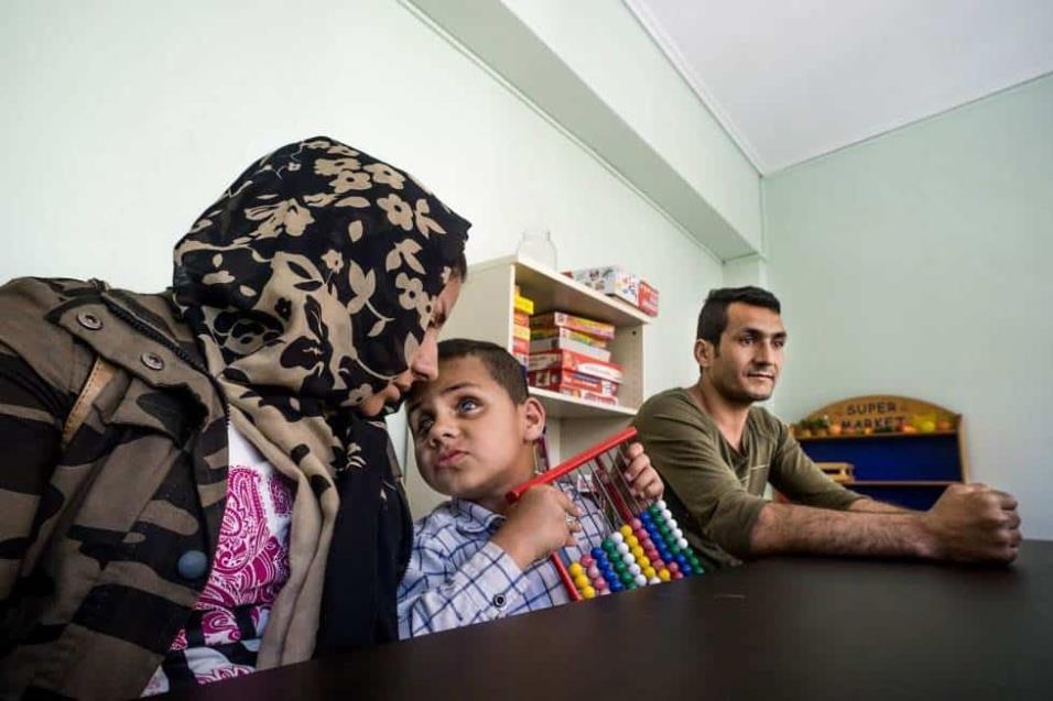 Ihan Rahezani y Shirin Hoseini huyeron de Afganistán con el pequeño Ehsan hace unos meses. El niño padece una enfermedad en la vista que le ha dejado ciego. La familia, refugiada en Atenas, busca un tratamiento médico para el pequeño que la sanidad griega