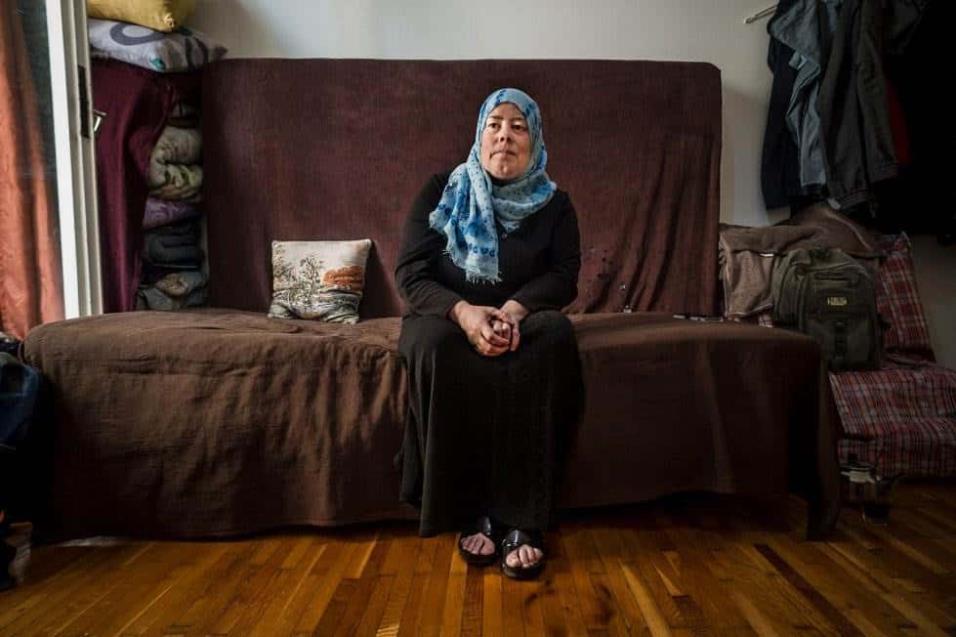 Huda Wahibi, de 50 años, posa en el sofá de apartamento que ha aquilado en Atenas. Llegó hace meses a Grecia pero solo aguantó una noche en el campo de refugiados que le habían asignado. ANGEL LOPEZ SOTO