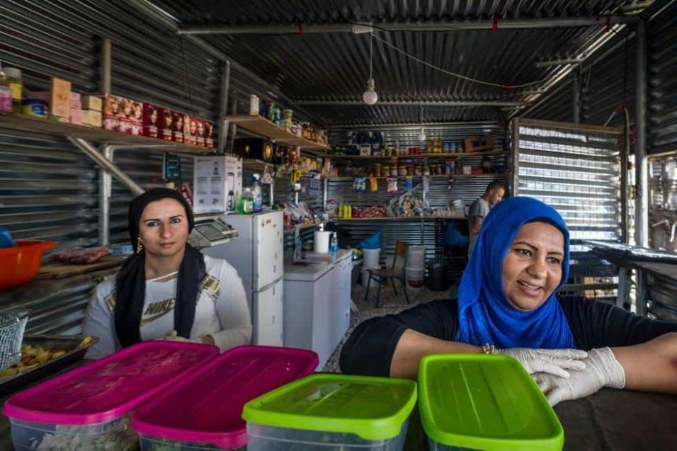 Dos mujeres sirven comida en un pequeño restaurante que han montado en el campo de refugiados de Ritsona.ANGEL LOPEZ SOTO