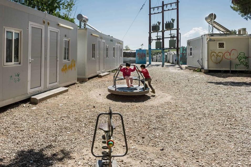Dos niños juegan en el campo de refugiados de Ritsona, a unos 60 kilómetros de Atenas. Aproximadamente 850 personas viven en este lugar, a donde desde hace unas semanas llegan más refugiados provenientes de Turquía. ANGEL LOPEZ SOTO
