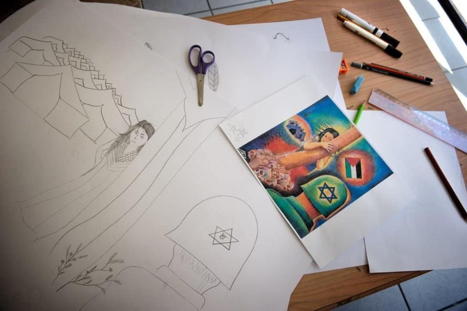 Un dibujo contra Israel llevado a cabo por niños refugiados en el Centro Jafra, de Atenas, donde se da cobertura y asistencia a refugiados palestinos y de otras nacionalidades. ANGEL LOPEZ SOTO