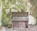 El fotógrafo que busca pianos abandonados en castillos y palacios