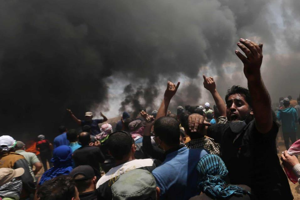 Un grupo de palestinos durante la protesta en la frontera entre Gaza e Israel, el 14 de mayo de 2018. IBRAHEEM ABU MUSTAFA REUTERS