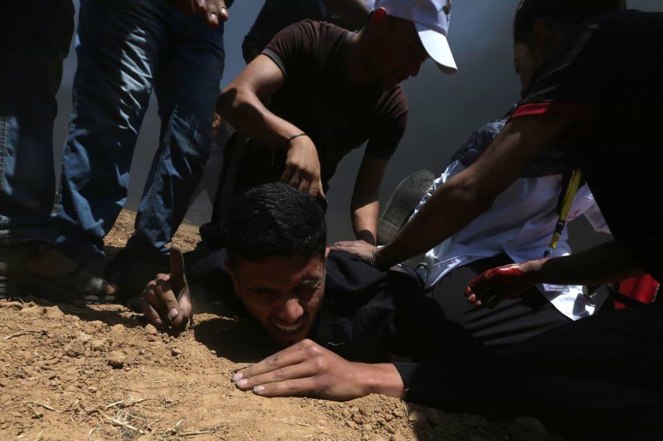 Un palestino herido cae al suelo durante la protesta entre la frontera de Gaza con Israel, el 14 de mayo de 2018. IBRAHEEM ABU MUSTAFA REUTERS