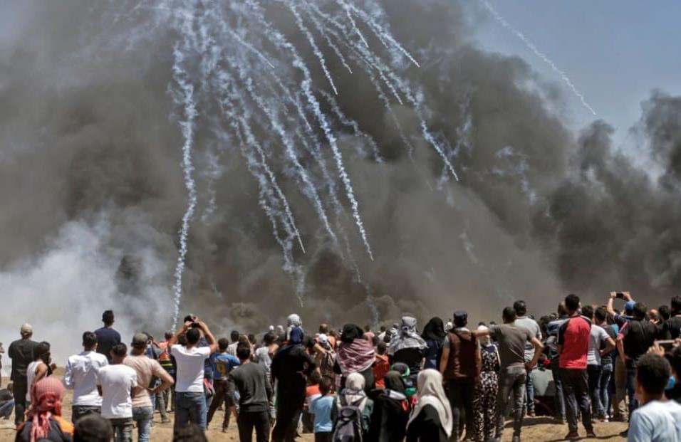 Las tropas israelíes lanzan gas lacrimógeno contra los manifestantes palestinos en la franja de Gaza, el 14 de mayo de 2018. MAHMUD HAMS AFP