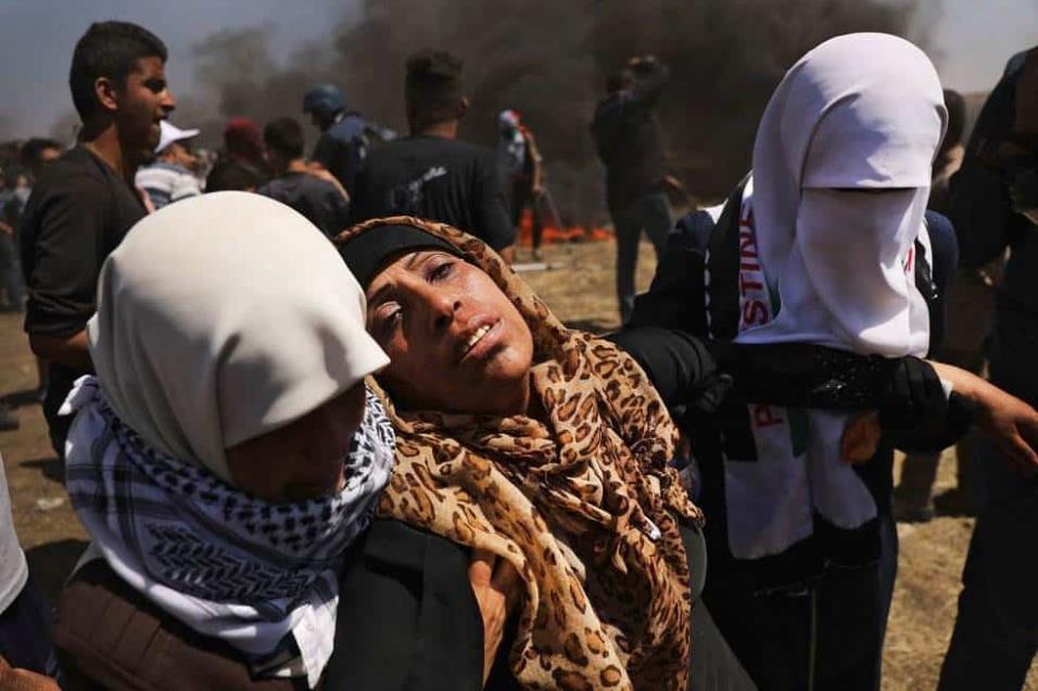 Una mujer palestina herida es trasladada en la franja de Gaza durante los enfrentamientos con las tropas israelíes, el 14 de mayo de 2018. SPENCER PLATT GETTY IMAGES