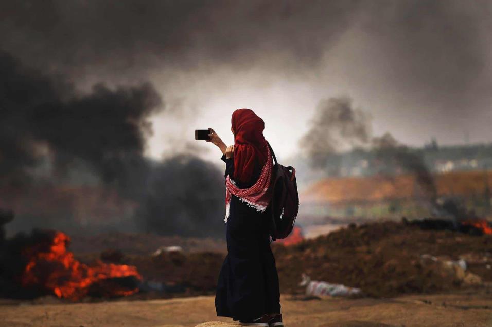 Una chica palestina graba con su móvil los acontecimientos en la franja de Gaza, el 14 de mayo de 2018. SPENCER PLATT GETTY IMAGES