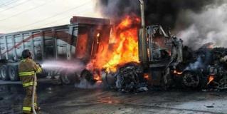 MIER | Aparatoso encontronazo carretero e incendio de camioneta y tracto-camión de carga