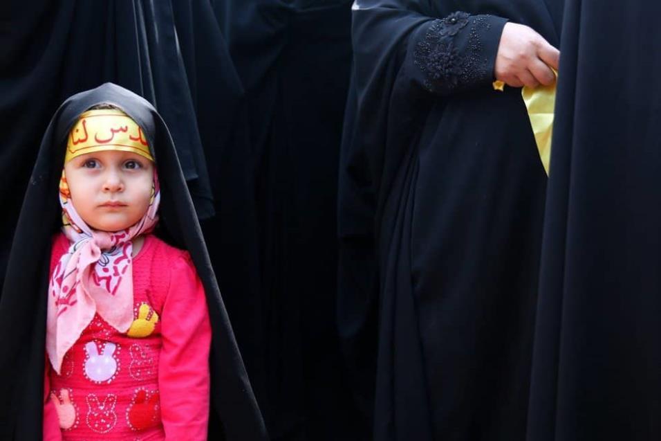 Una joven iraní acompaña a su madre para participar, junto a otras mujeres, en una protesta contra Israel y Estados Unidos, dentro de la antigua embajada estadounidense en Teherán (Irán). ABEDIN TAHERKENAREH EFE