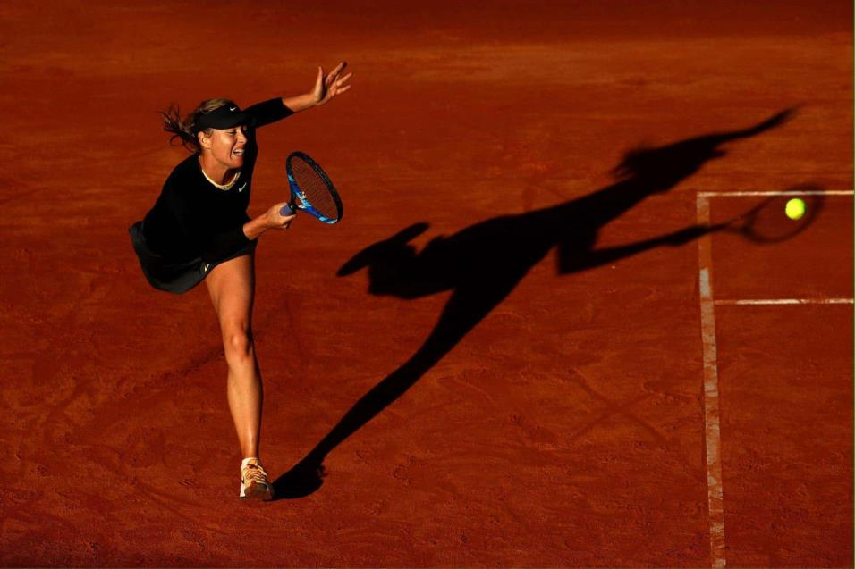 Maria Sharapova de Rusia devuelve la pelota a Ashleigh Barty de Australia durante el BNL Internacional de Italia, en Roma (Italia). JULIAN FINNEY GETTY IMAGES