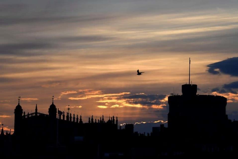 La Capilla de San Jorge y la Torre Redonda del Castillo de Windsor durante el amanecer, en Windsor (Reino Unido). TOBY MELVILLE REUTERS