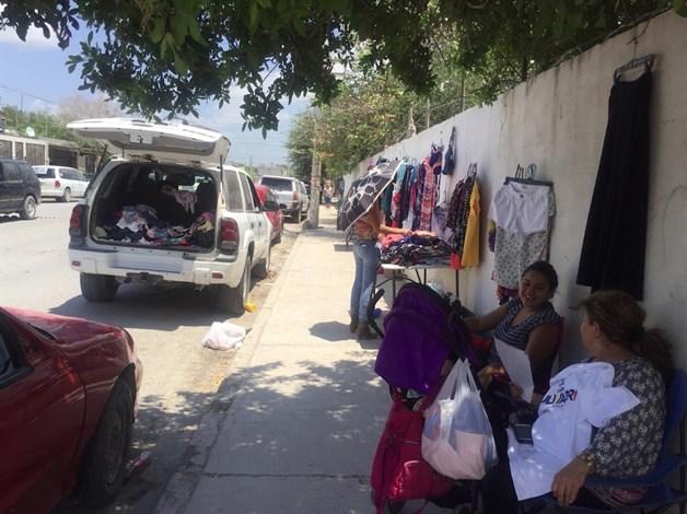 Acaparan ambulantes bardas de las escuelas. En aumento el comercio informal