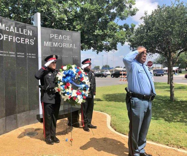 Rinden honores a oficiales muertos