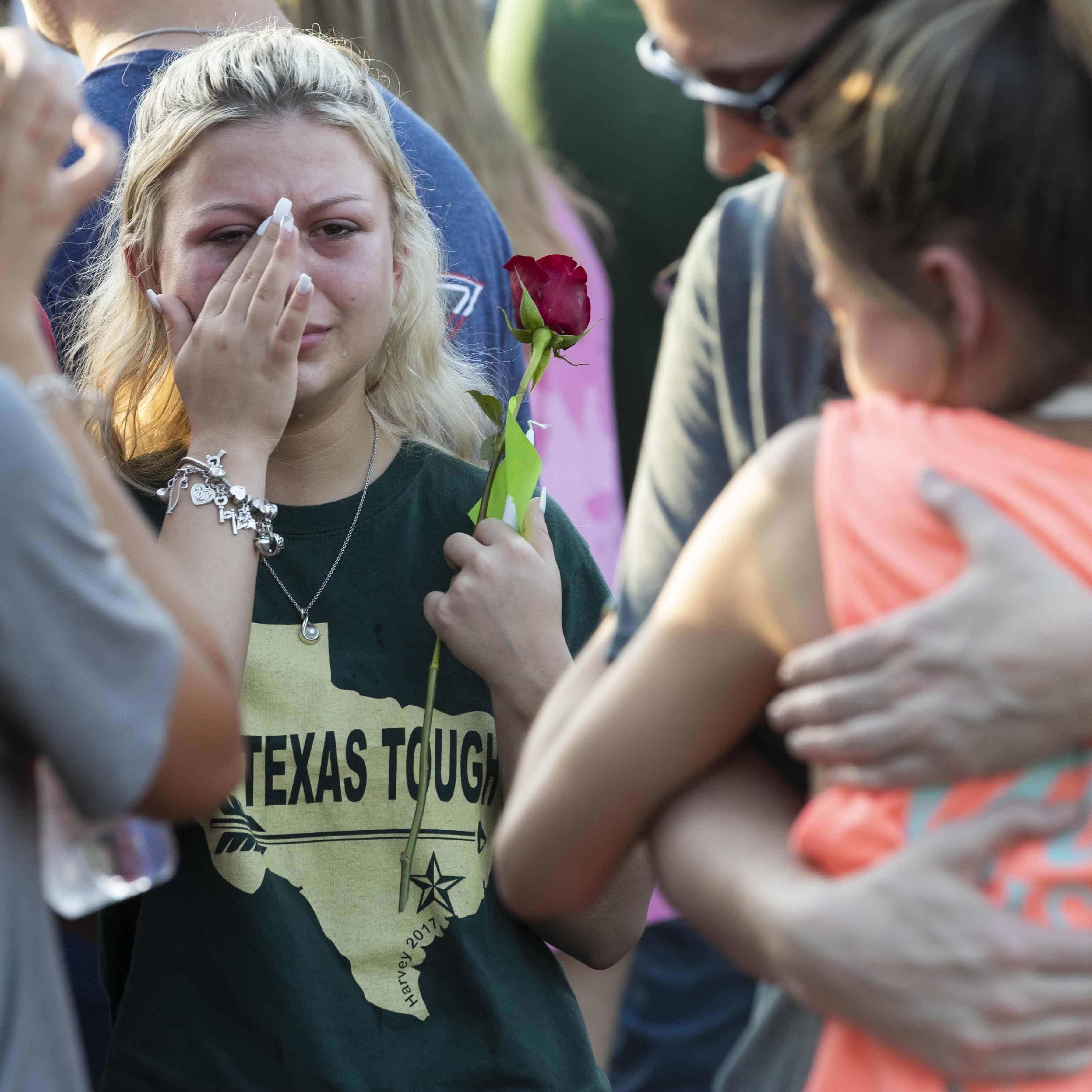 PLEGARIAS. Los estudiantes acompañados de sus padres de Santa Fe High School se reúnen en oración durante una vigilia.