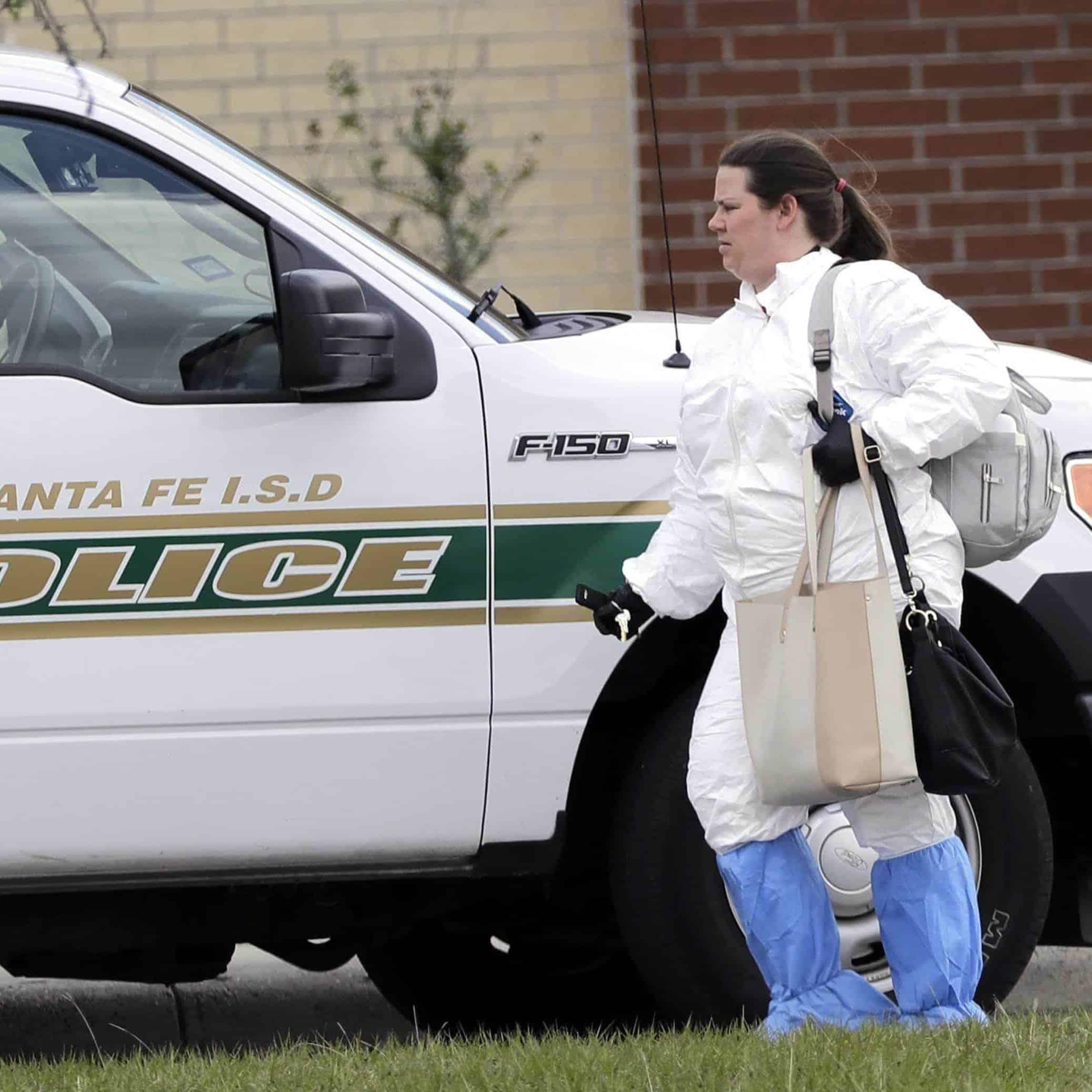 EVIDENCIAS. Un oficial saca carteras de Santa Fe High School presuntamente de agresor.