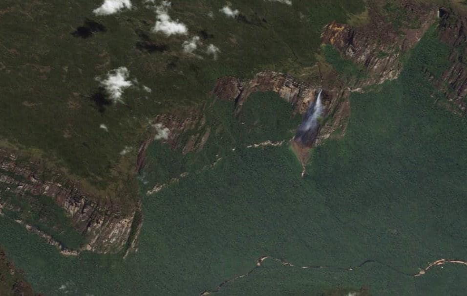 El Salto Ángel (Venezuela)El Salto Ángel es el salto de agua de mayor altitud del mundo: 979 metros. 807 metros son de caída initerrumpida. Está en el parque nacional Canaima de Venezuela, en el estado de Bolívar.