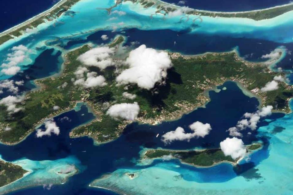Bora Bora (Francia)El centro de este atolón es una zona montañosa. La barrera de arrecife que lo rodea da como resultado un contraste de colores. Es una de las islas que componene la Polinesia francesa. Foto tomada el 9 de marzo de 2018.