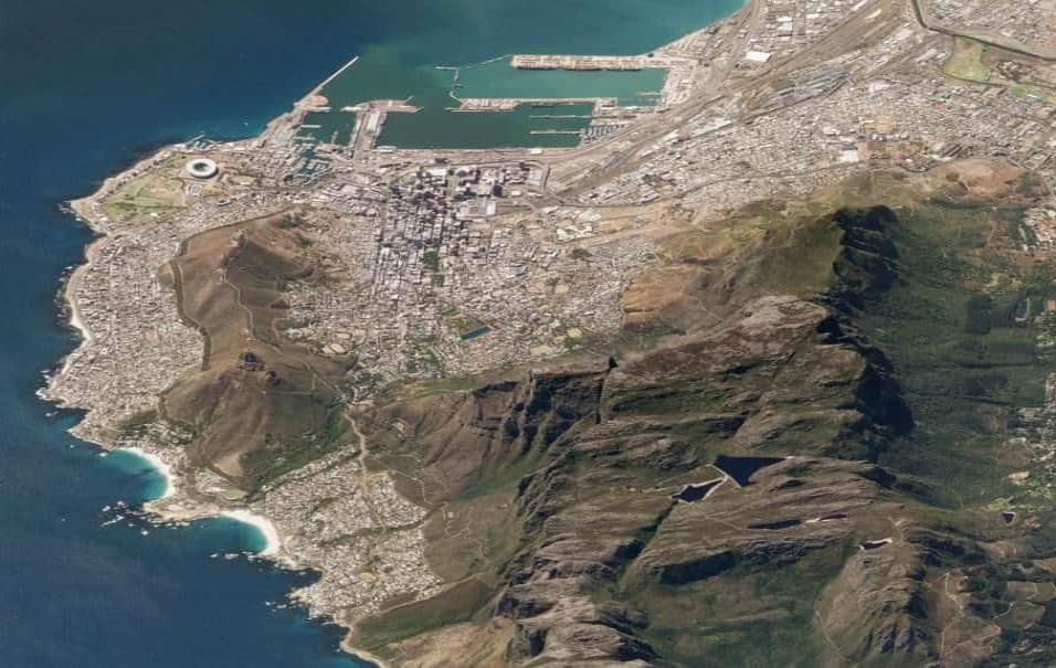 Ciudad del Cabo (Sudáfrica)En Ciudad del Cabo viven casi medio millón de personas. También es una de las pocas grandes ciudades situadas junto a un parque nacional, el de la Montaña de la Mesa. En la imagen se ve ciudad y naturaleza. Foto tomada el 19 d