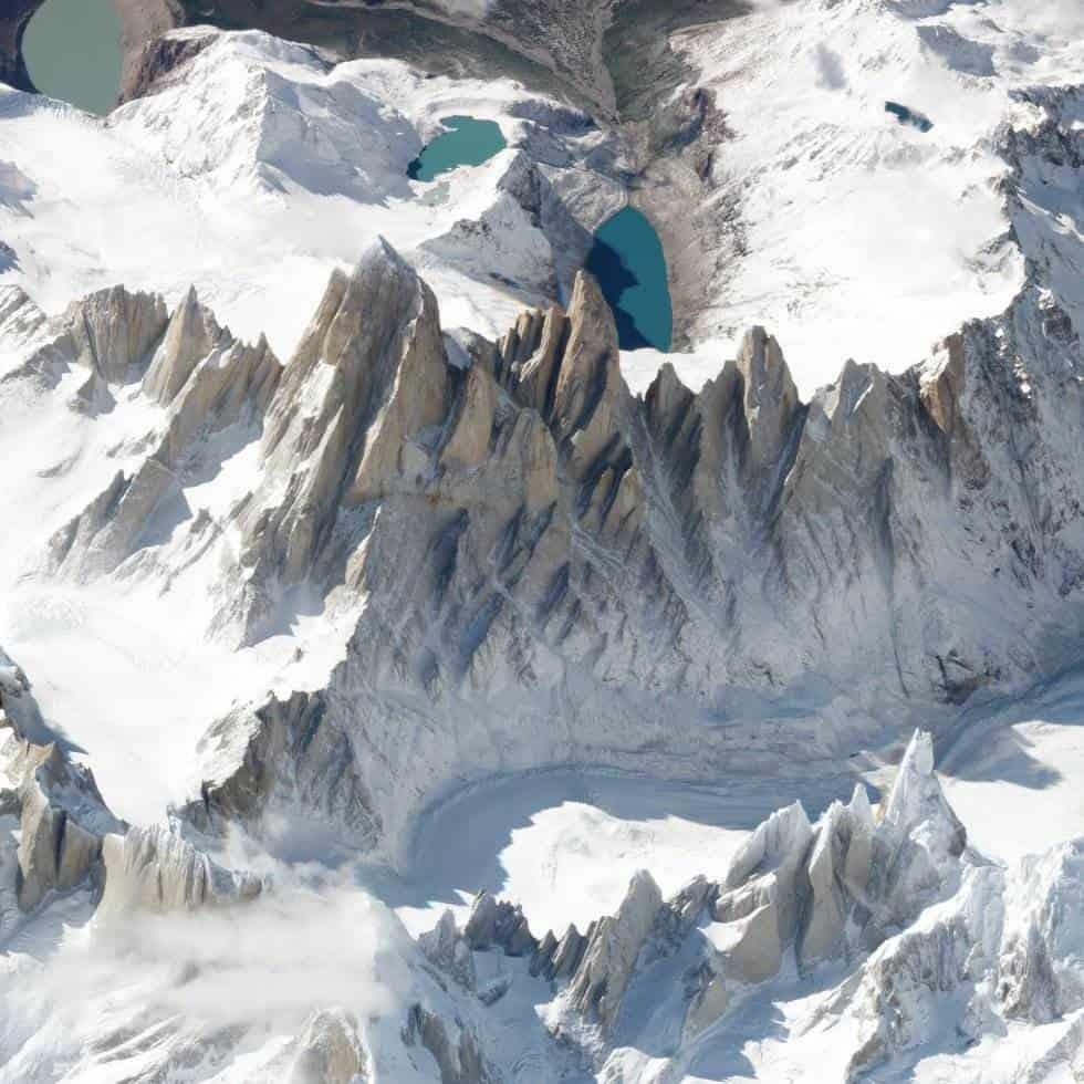 Monte Fitz Roy (Chile y Argentina)Esta montaña es una de las más conocidas de Sudamérica. El monte Fitz Roy o cerro Chaltén se sitúa en la cordillera de los Andes, en la frontera que separa Argentina y Chile. Su altitud es 3.405 metros. Foto tomada el