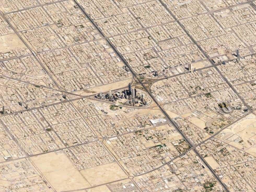 Riad (Arabia Saudí)La capital de Arabia Saudí, en la que viven ocho millones de personas, muestra una imagen parecida a la de Houston, con un grupo de rascacielos rodeados de edificios bajos. La imagen es más amplia porque el aire seco permite una vista