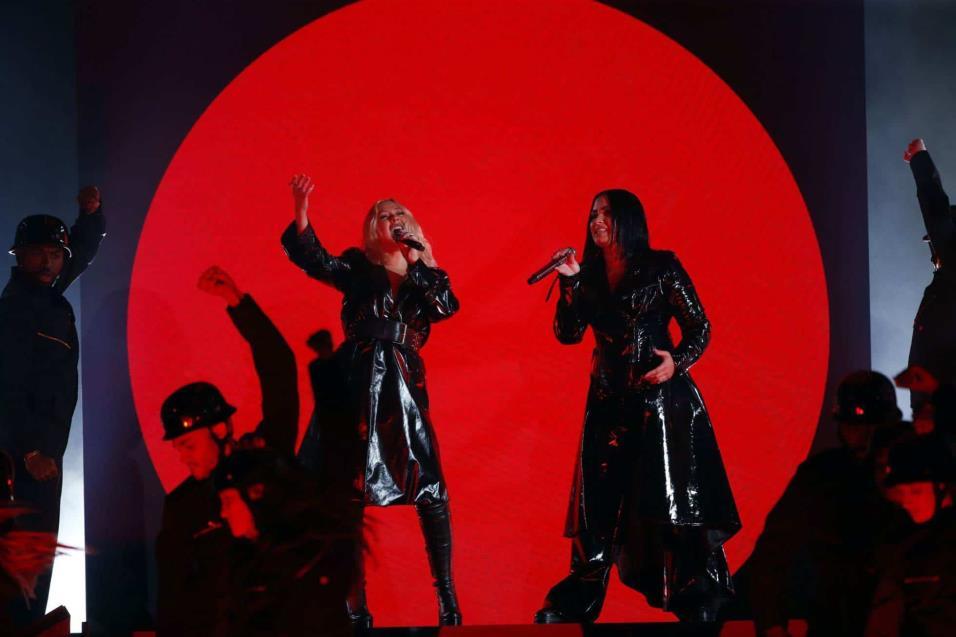 Christina Aguilera y Demi Lovato interpretan Fall In Line. MARIO ANZUONI REUTERS