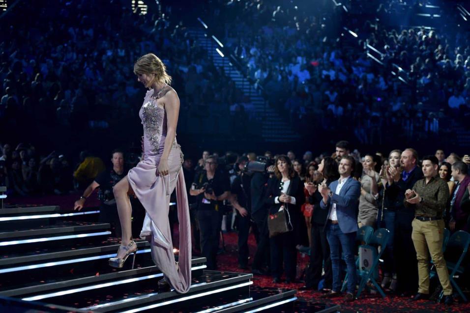 Taylor Swift sube al escenario para recoger el premio a la Mejor Artista Femenina, en los Billboard Music Awards. JOHN SHEARER WIREIMAGE