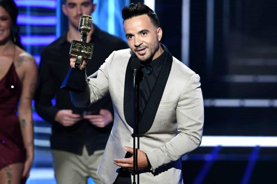 Luis Fonsi recoge el premio a la canción Top Hot 100 por Despacito. KEVIN WINTER AFP