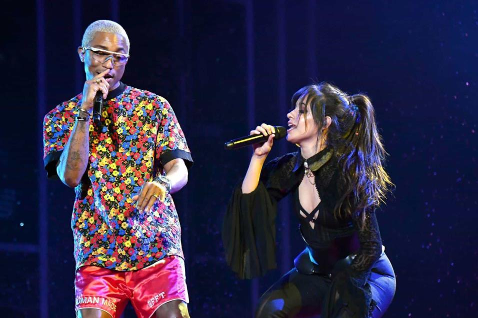 Pharrell (i) y Camila Cabello durante su actuación en los Billboard. JEFF KRAVITZ FILMMAGIC