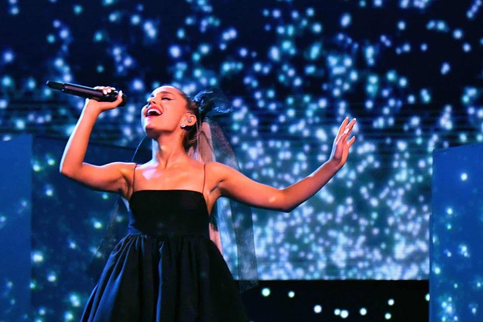 Ariana Grande durante su actuación en los Billboard. JEFF KRAVITZ FILMMAGIC