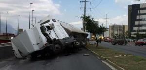 Vuelca tráiler cargado de metal y cierra dos carriles en Monterrey