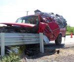´Embarra´ camioneta en un muro metálico. Queda texano prensado en la unidad