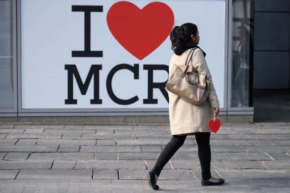 Una mujer lleva uno de los más de 27.000 corazones que ha donado la campaña de Beth Clarke, un corazón para Manchester, en la mañana del primer aniversario del atentado que acabó con la vida de 22 personas. LEON NEAL GETTY IMAGES