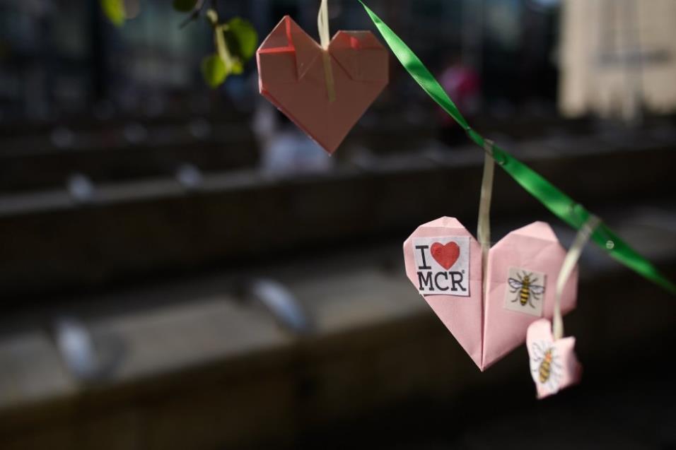 Detalle de un corazón de papel decorado con un dibujo de una abeja en una guirnalda de corazones en Manchester. LEON NEAL GETTY IMAGES