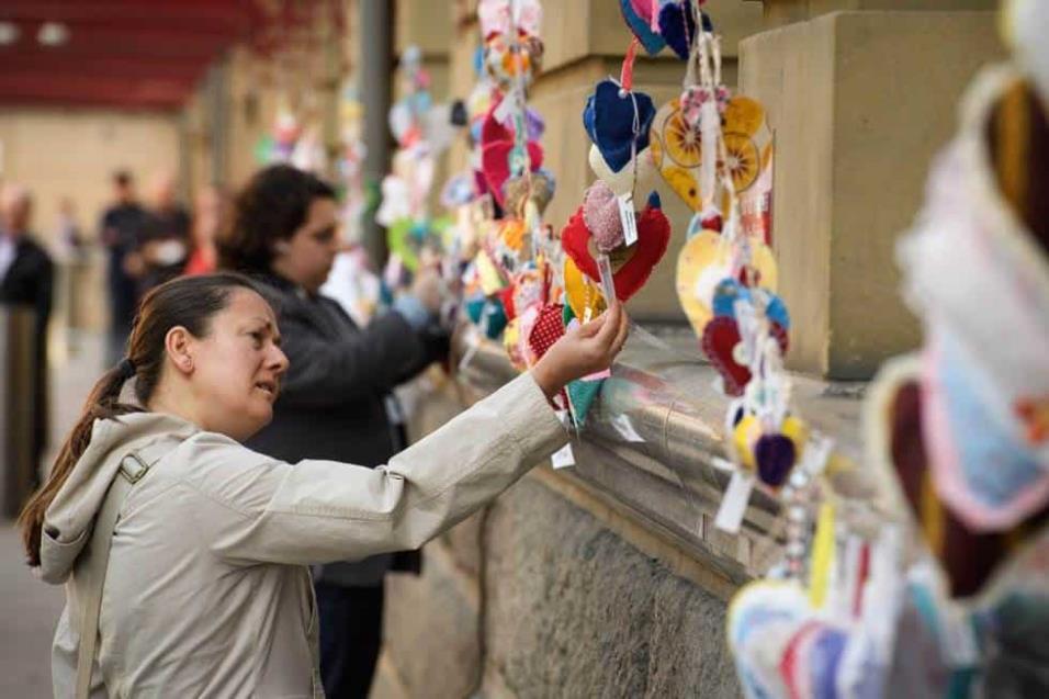 Una mujer se observa algunos de los más de 27.000 corazones hechos a mano que se han colocado por la ciudad de Manchester en recuerdo a las víctimas del atentado en el Manchester Arena. LEON NEAL GETTY IMAGES