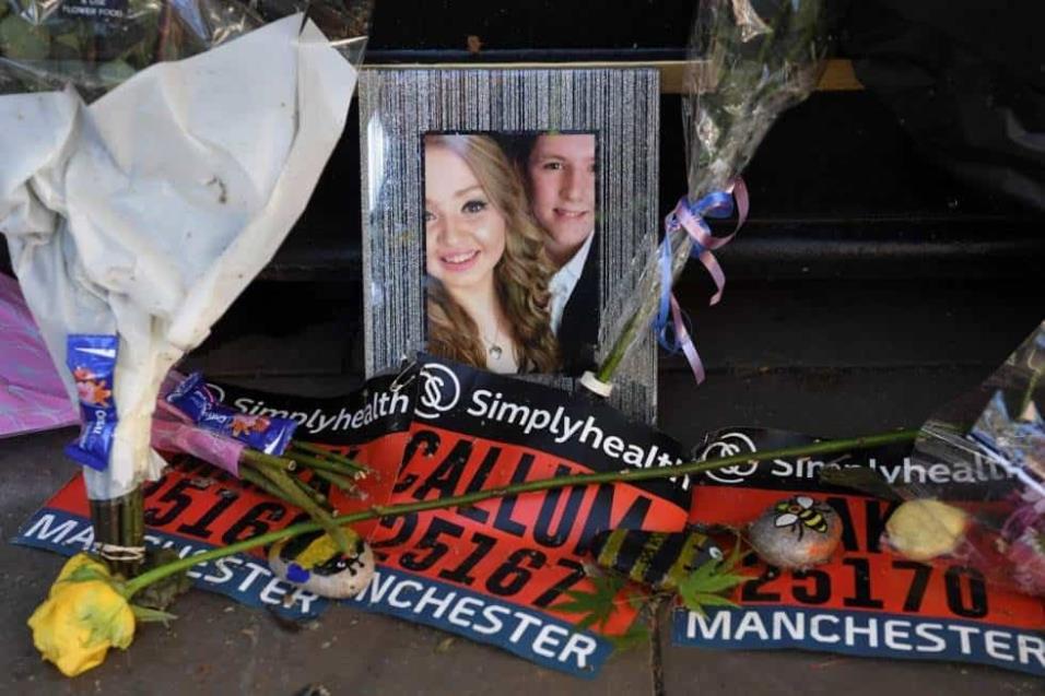 Una foto de dos de las víctimas, Liam Curry y Chloe Rutherford entre los tributos a las víctimas en la base del árbol de la esperanza en Manchester. PAUL ELLIS AFP