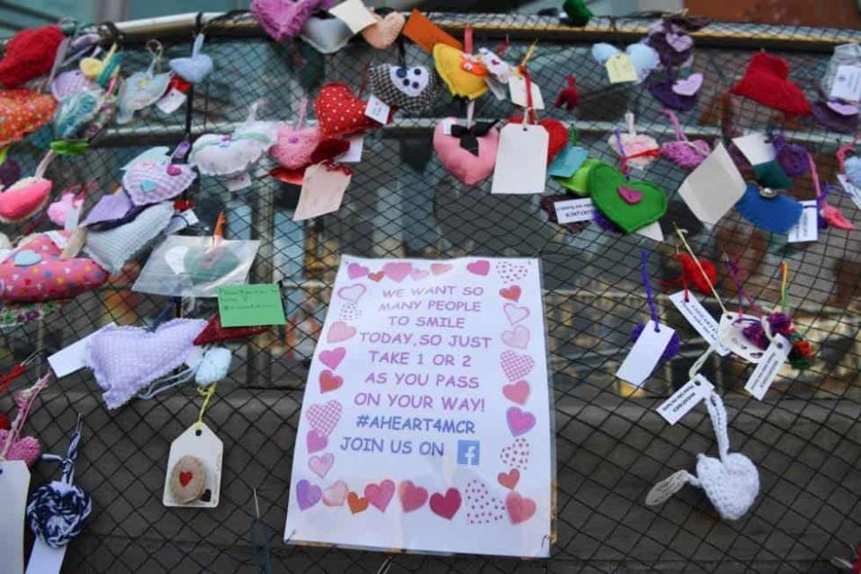 Una verja cubierta de corazones y mensajes en recuerdo a las víctimas del Manchester Arena. PAUL ELLIS AFP