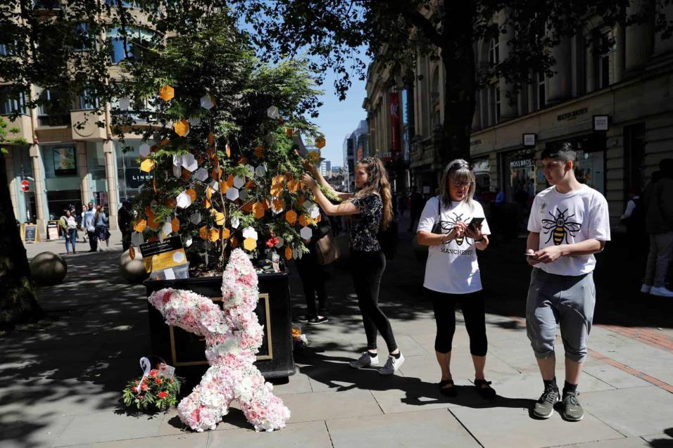 La gente rinde tributo a las víctimas en el árbol de la esperanza en Manchester. DARREN STAPLES REUTERS