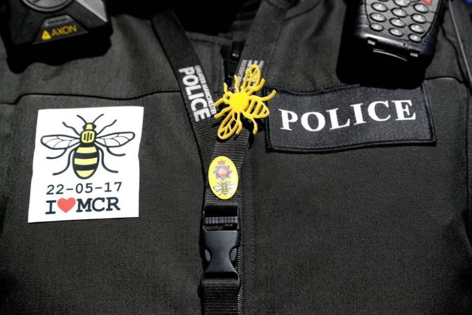 Detalle del uniforme de un policía de Manchester que luce un mensaje en recuerdo a las víctimas del atentado del pasado 22 de mayo de 2017. DARREN STAPLES REUTERS