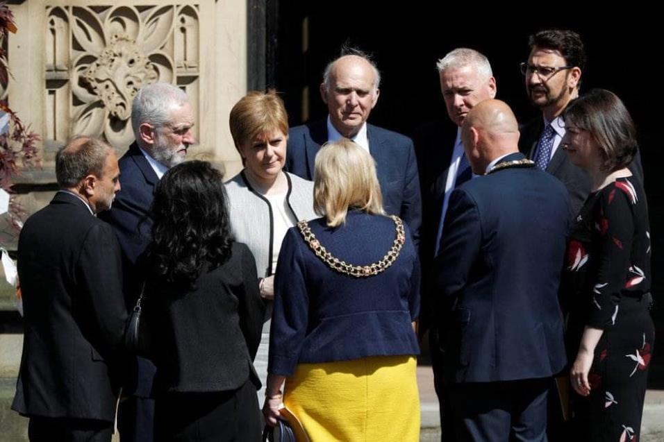 La primera ministra escocesa Nicola Sturgeon, el líder de los laboristas Jeremy Corbyn, y el líder de los liberales Vince Cable atienden el memorial en conmemoración de las víctimas del atentado de Manchester. DARREN STAPLES REUTERS