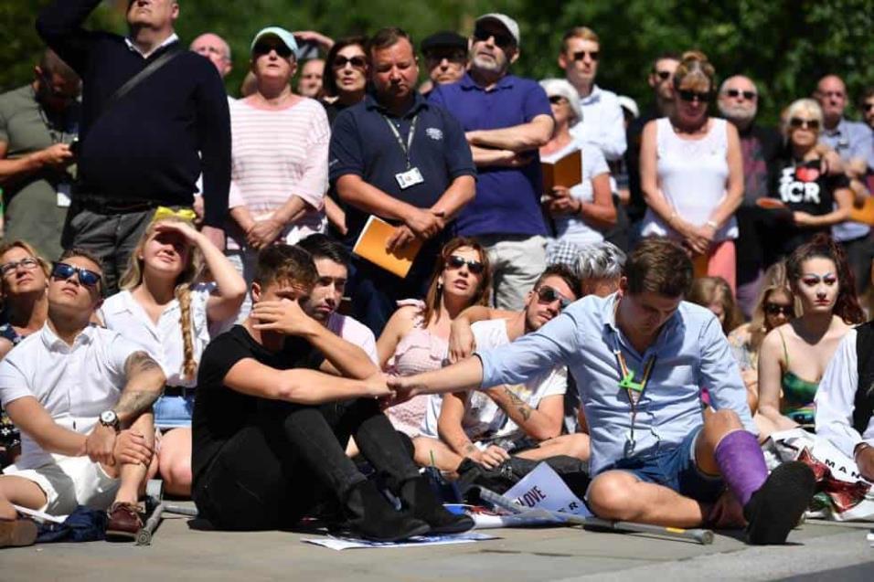 Una multitud reacciona mientras son proyectadas las fotografías de las víctimas frente a la Catedral de Manchester. LEON NEAL GETTY IMAGES